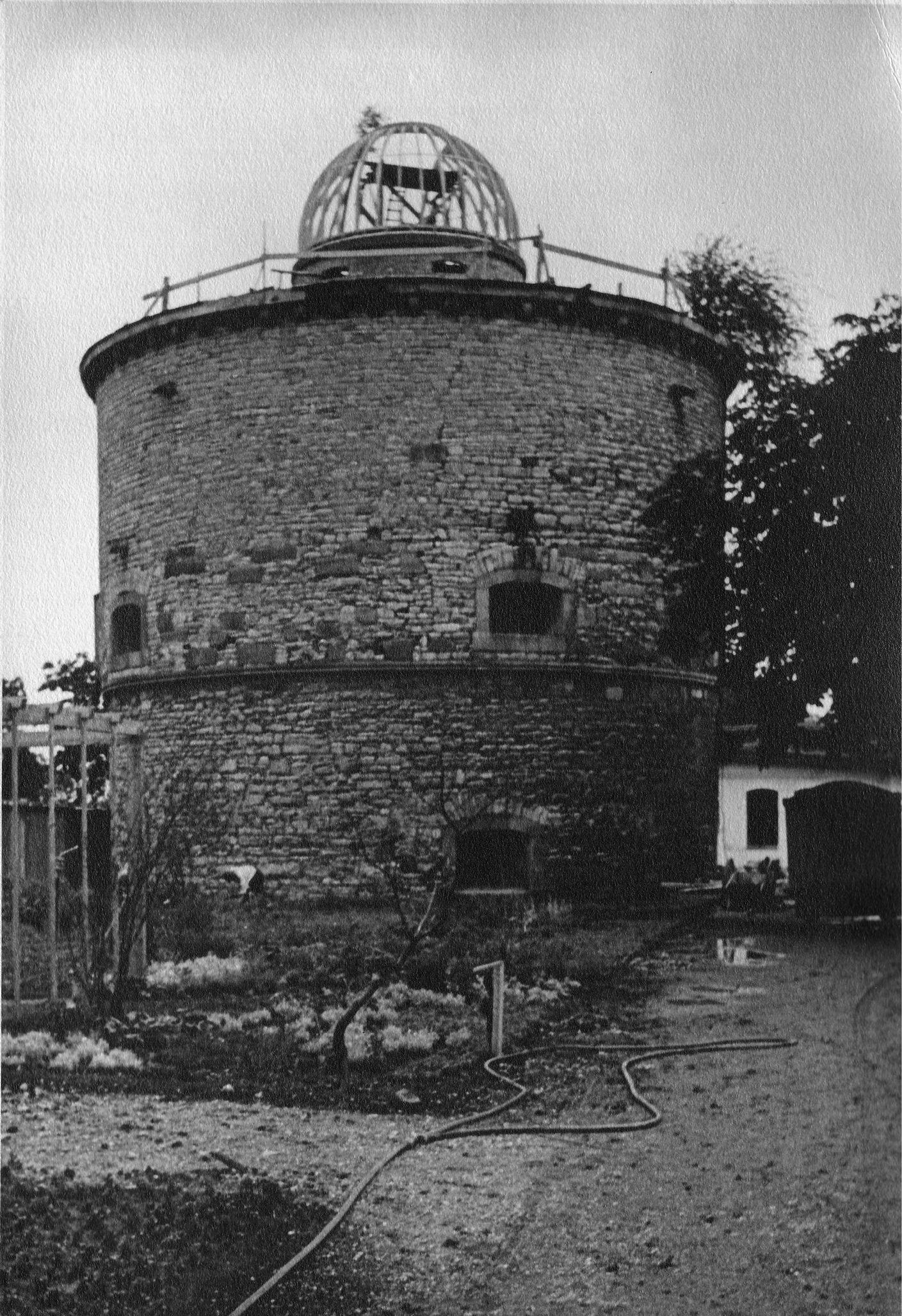 Die Kuppel der Sternwarte am Baubeginn 1950