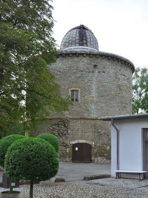 Sternwarte Eingang im Herbst
